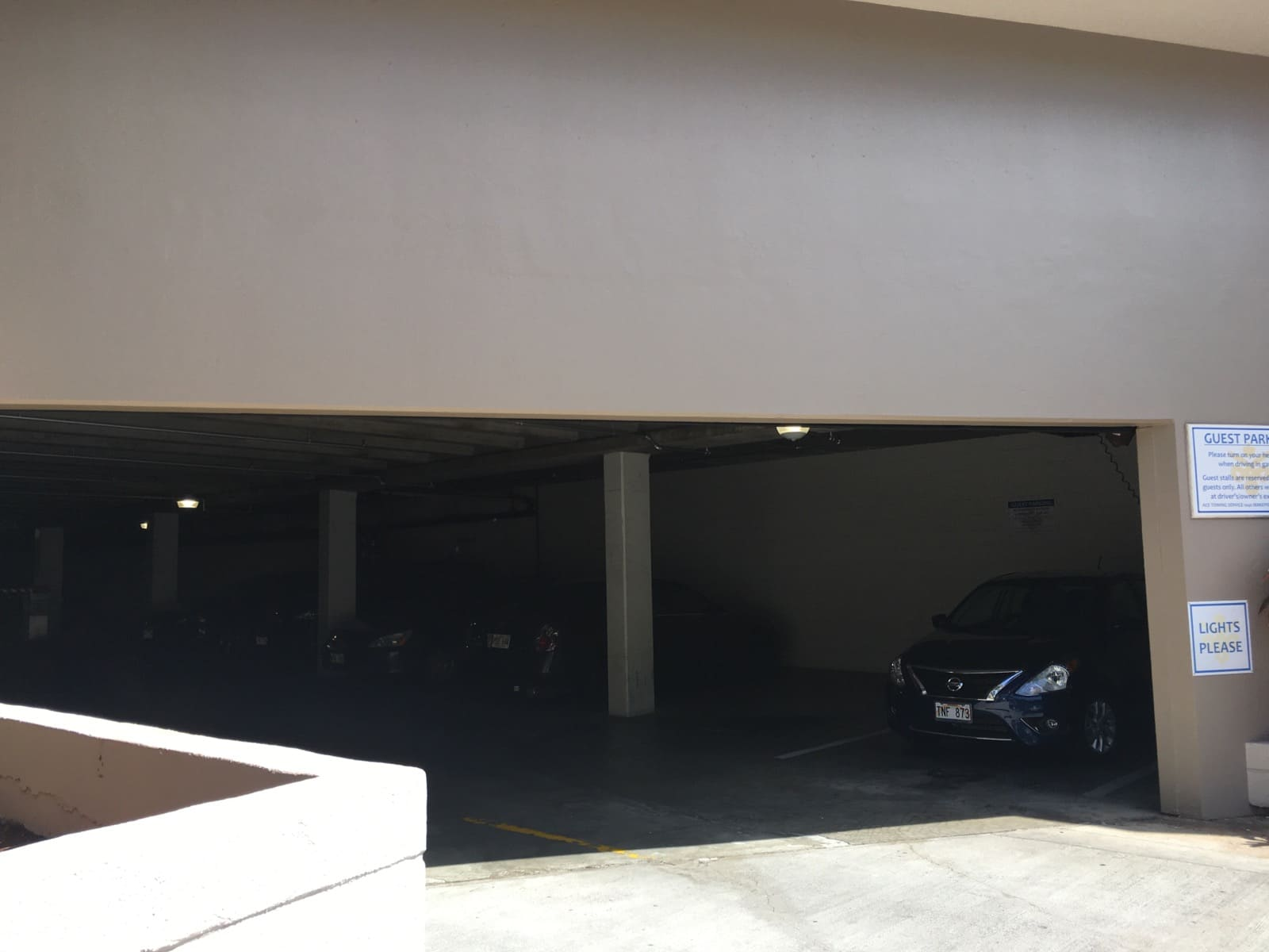 Admiral Thomasの駐車場入り口