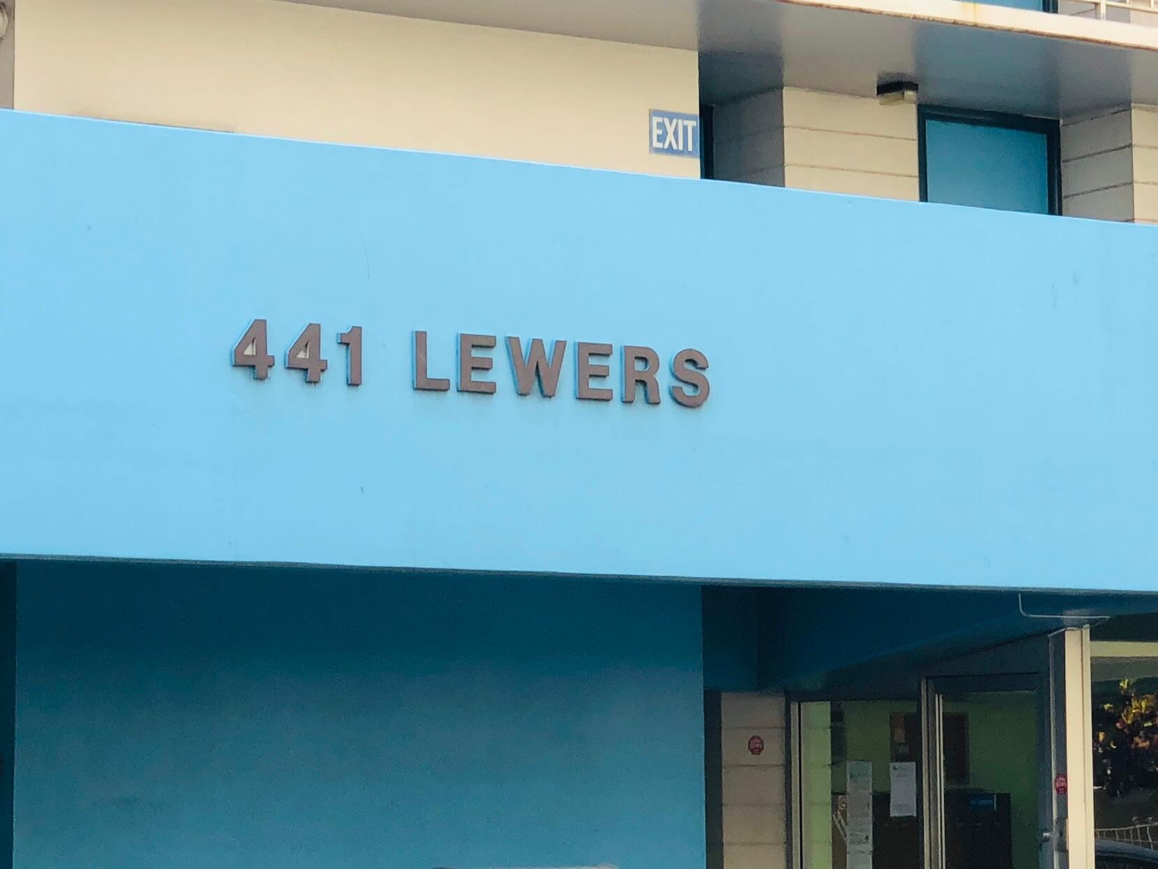 441 Lewersの看板