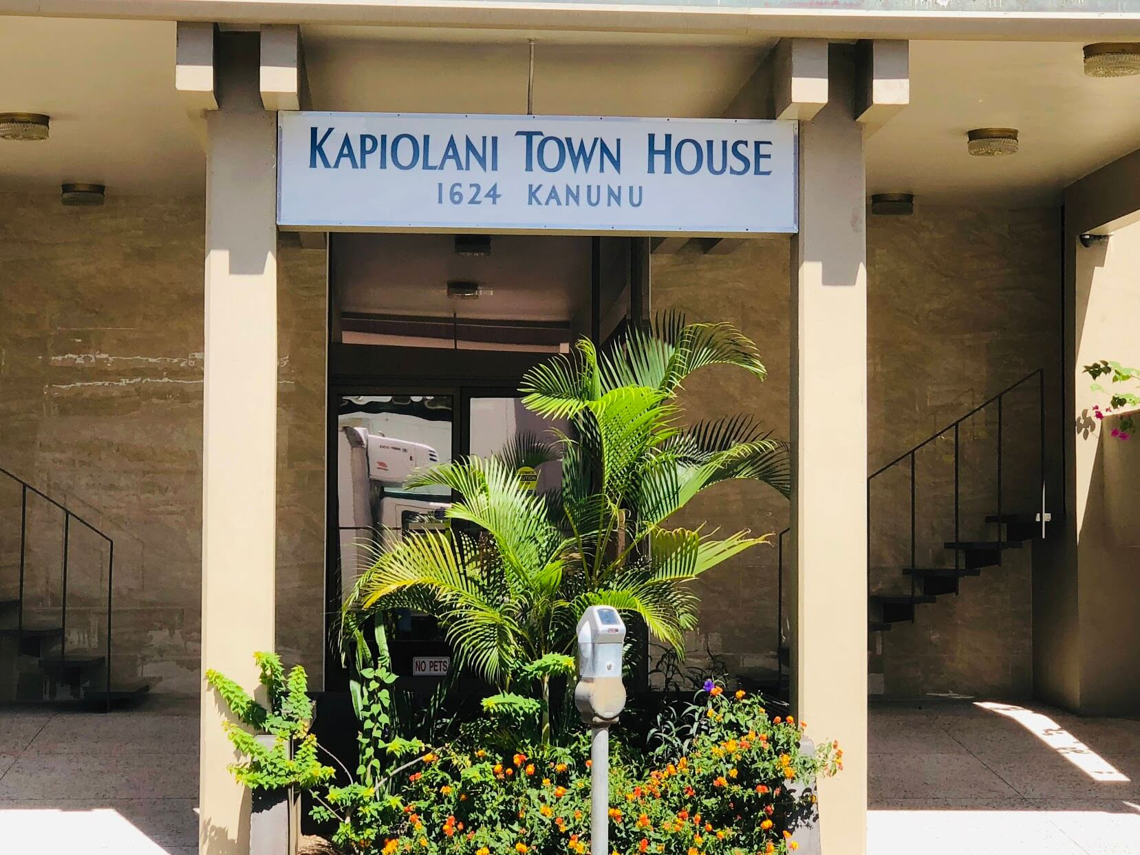 Kapiolani Townhouseの看板