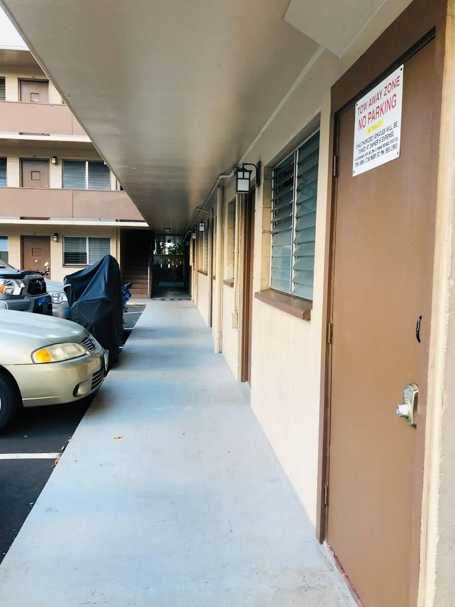 Laniakea Apartmentsのドア