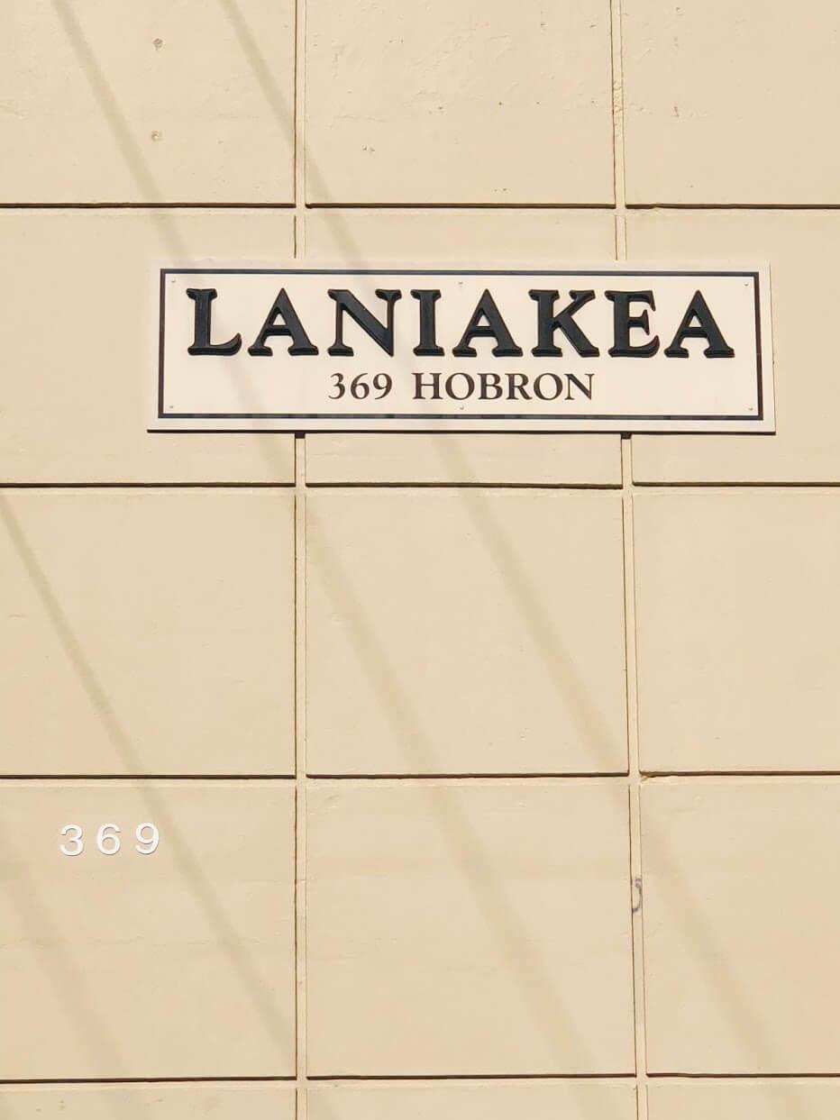 Laniakea Apartmentsの看板