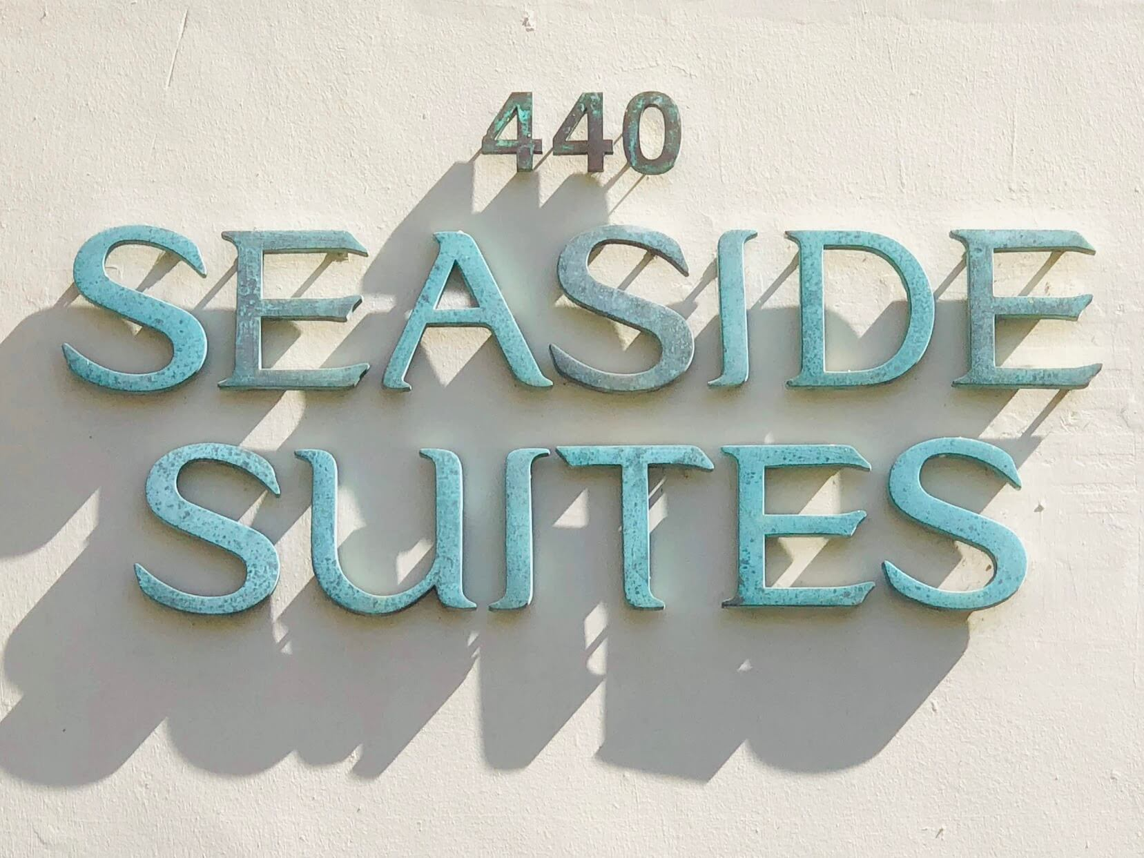 Seaside Suitesの看板