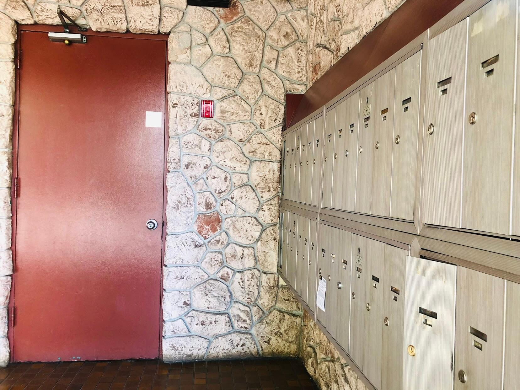222 Kaiulani Apartmentsのポスト