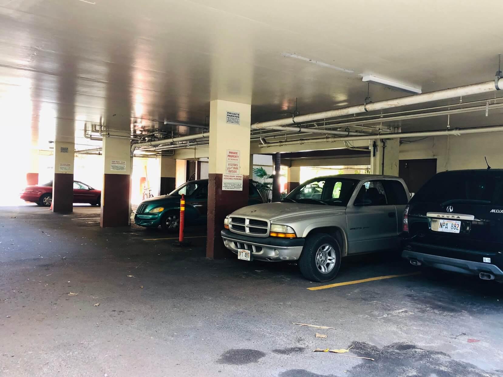 222 Kaiulani Apartmentsの駐車場