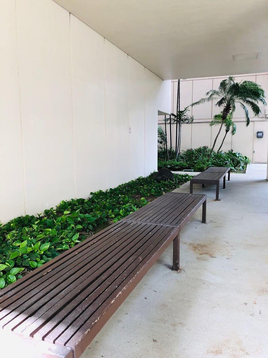 500 Ala Wai Plazaのベンチ