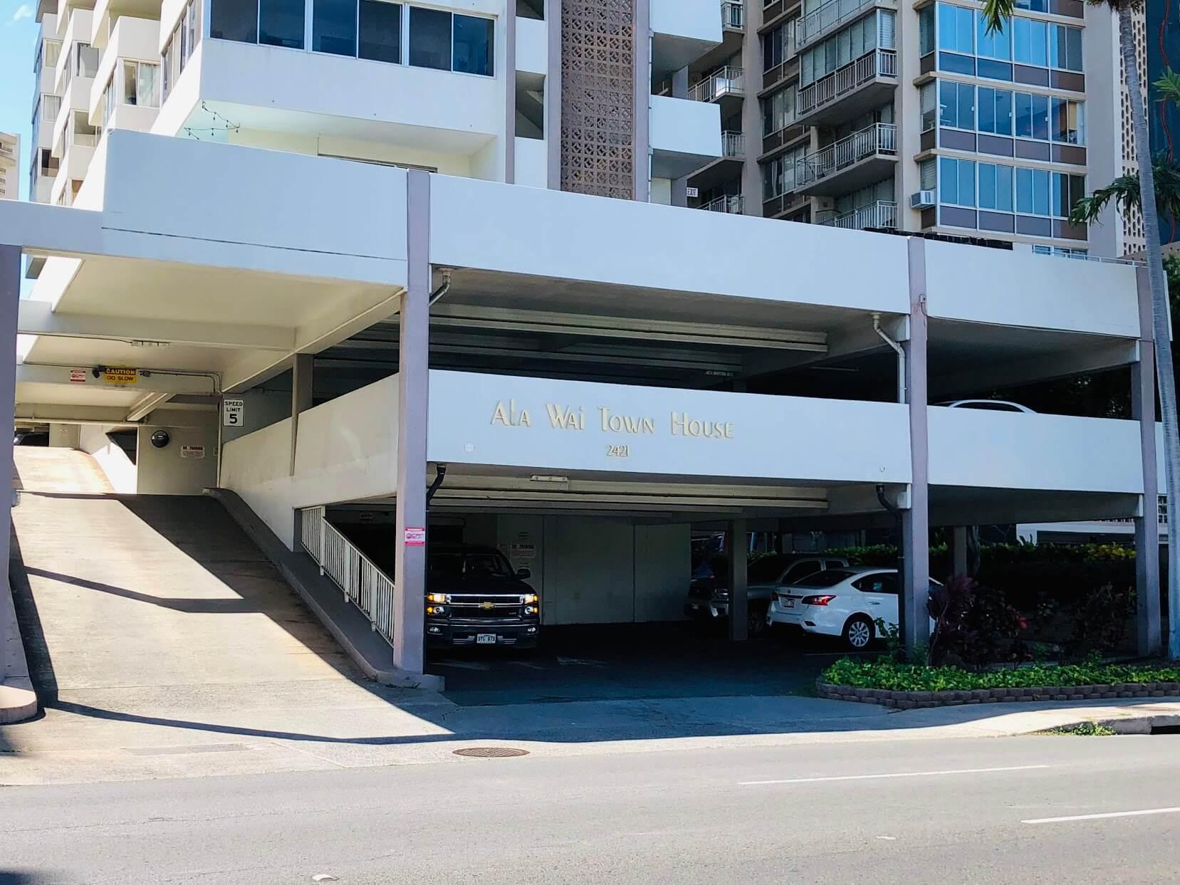 Ala Wai Town Houseの駐車場
