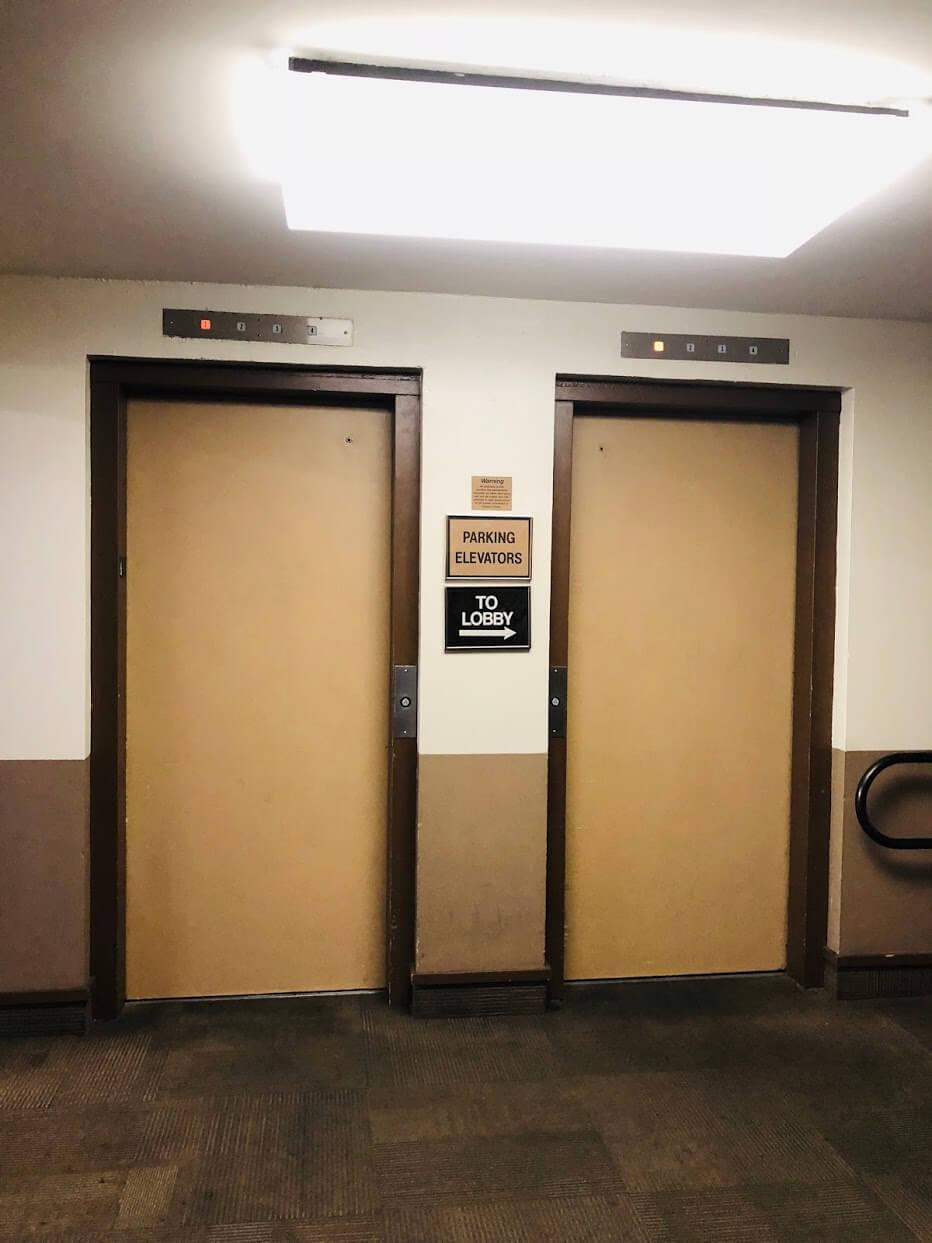 Century Centerのエレベーター