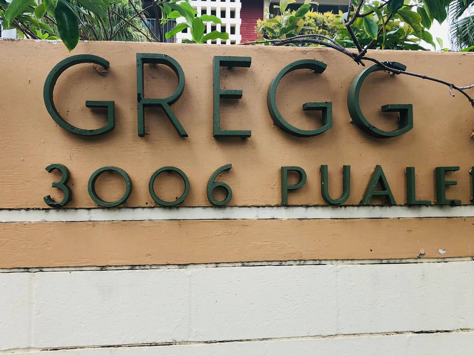 Gregg Apartmentの看板