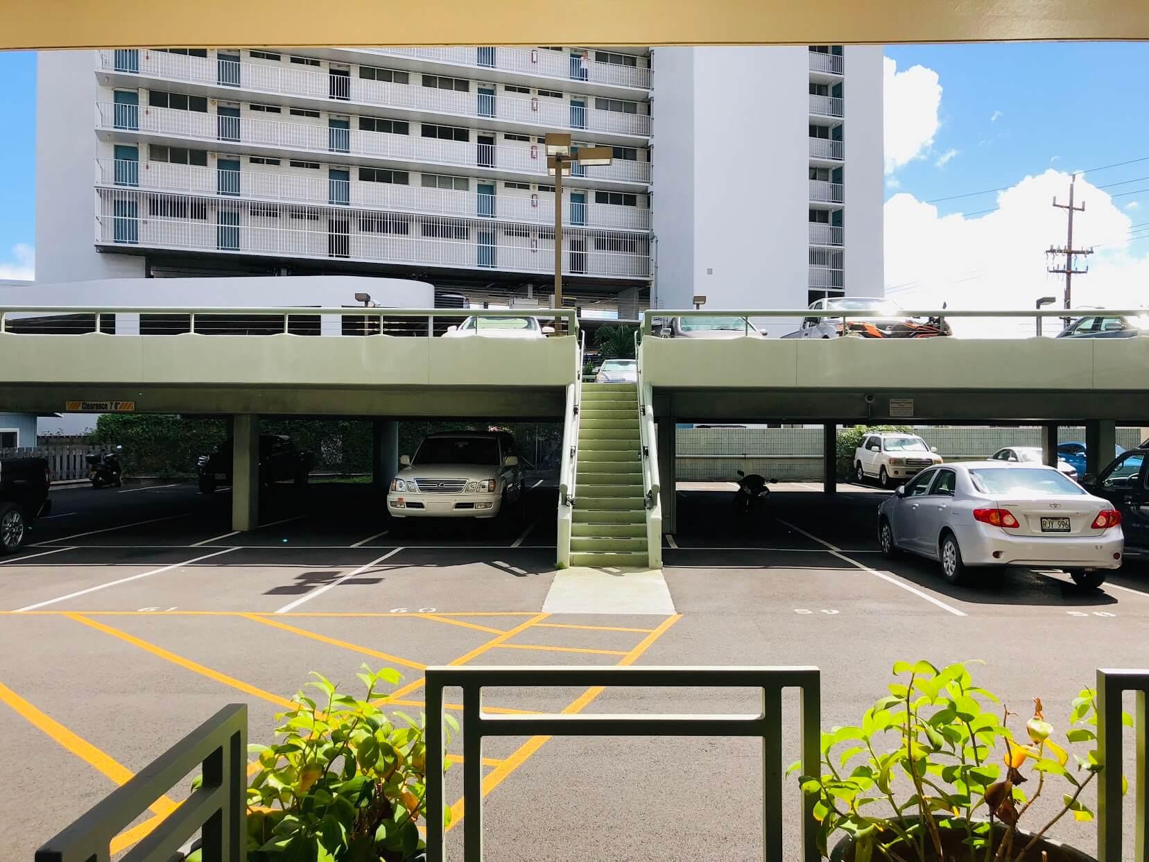 Iolani Regentの駐車場