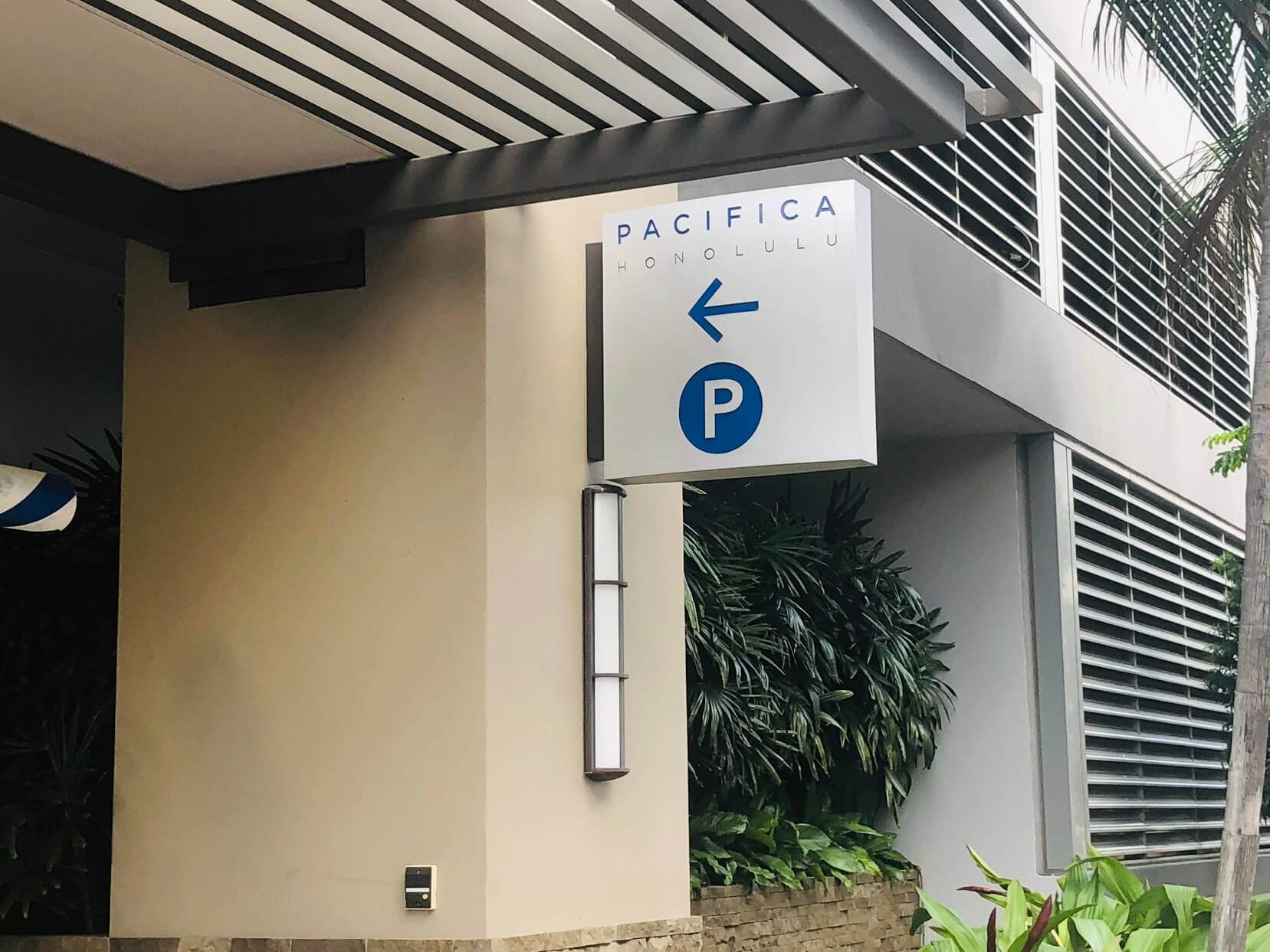 Pacifica Honoluluの駐車場の案内