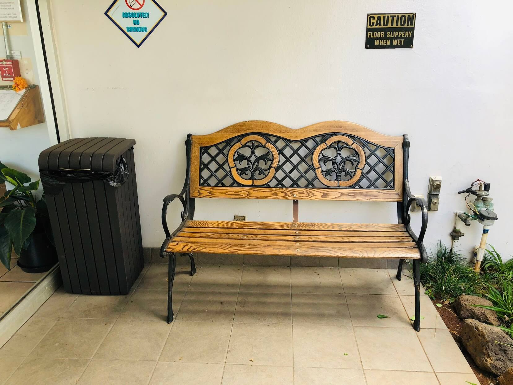 Plaza at Century Courtのベンチ