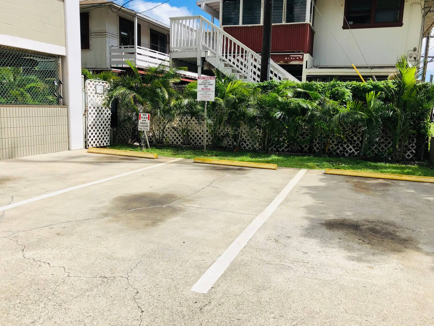 Plaza at Century Courtの駐車場