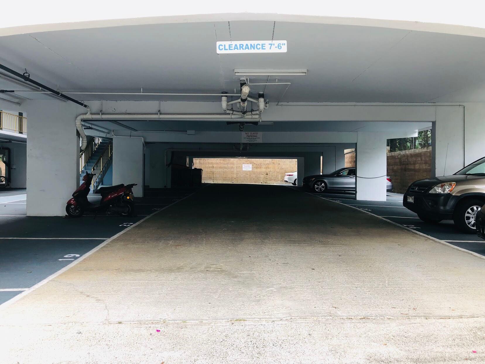 Pua Leahi Apartmentの駐車場