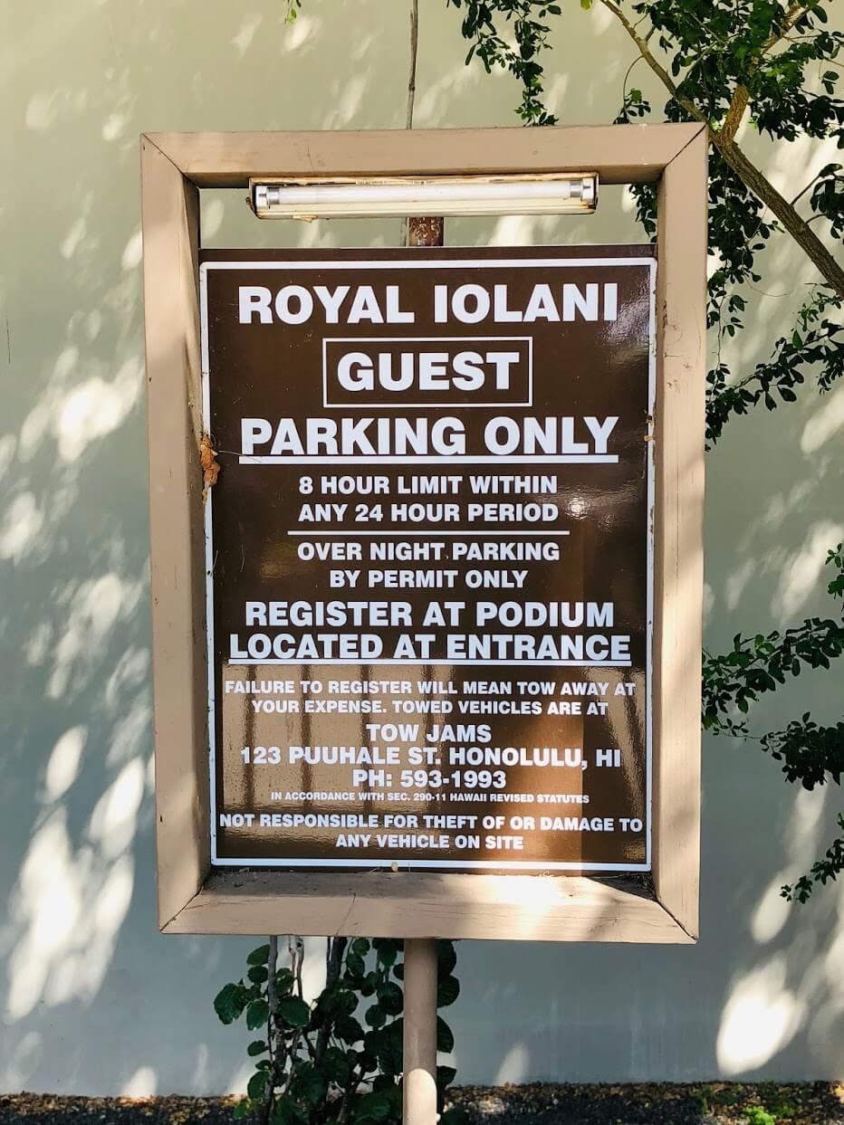 Royal Iolaniの注意歓喜の看板