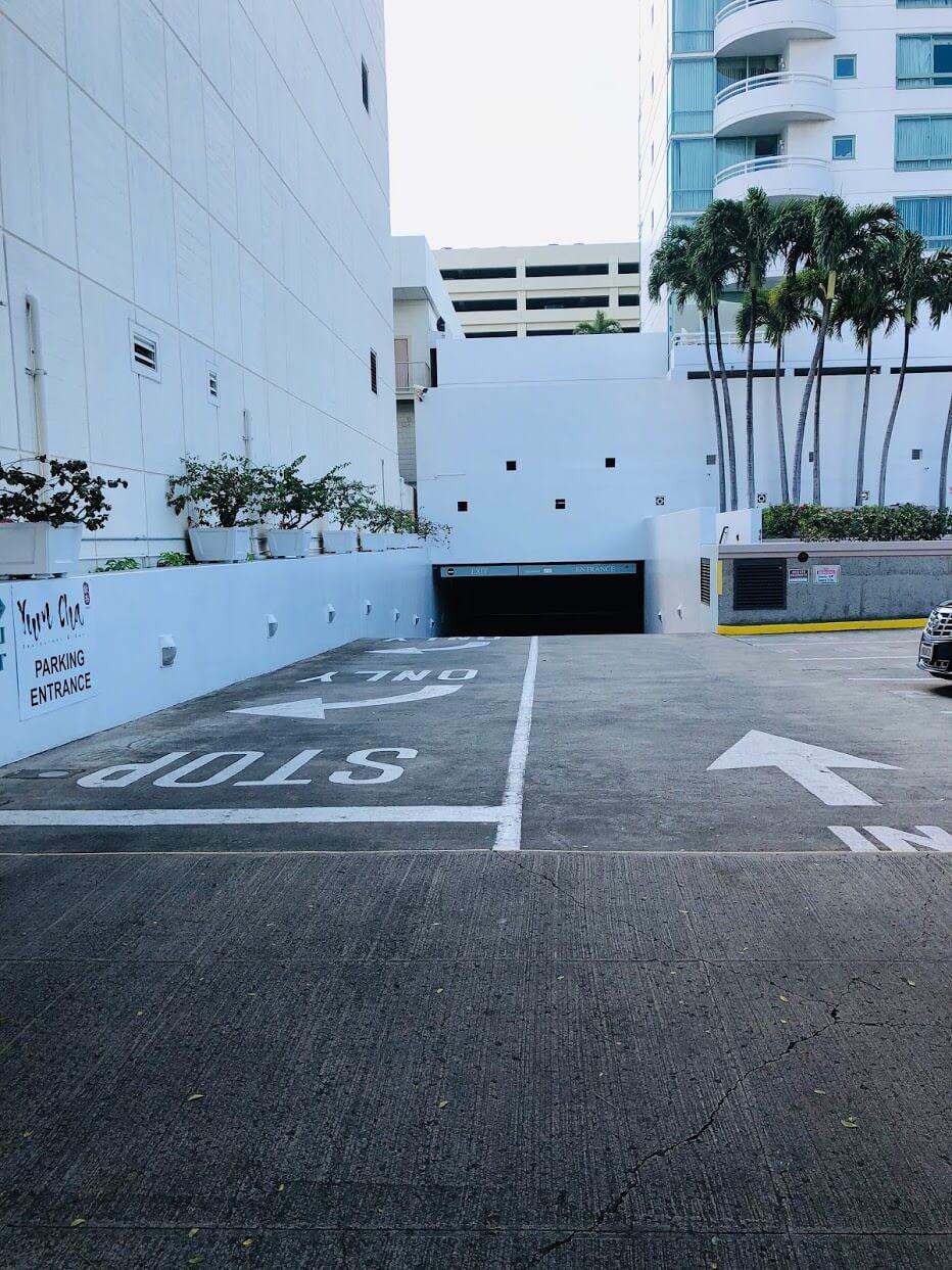 Uraku Towerの駐車場