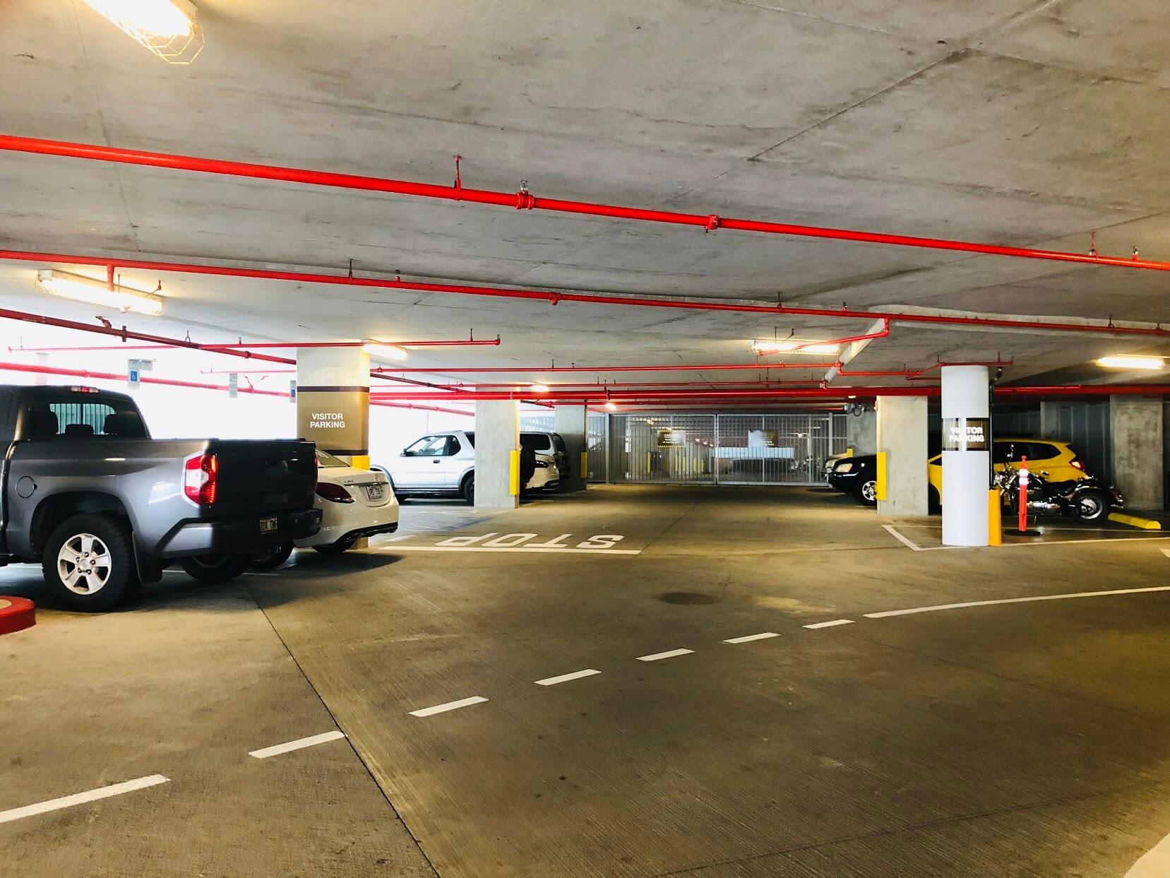 Waihonua at Kewaloの駐車場