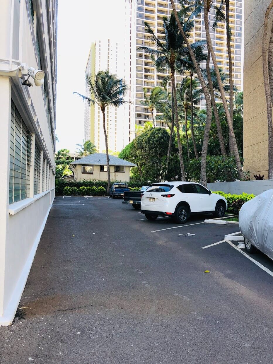 Waikiki Imperial Apartmentの駐車場