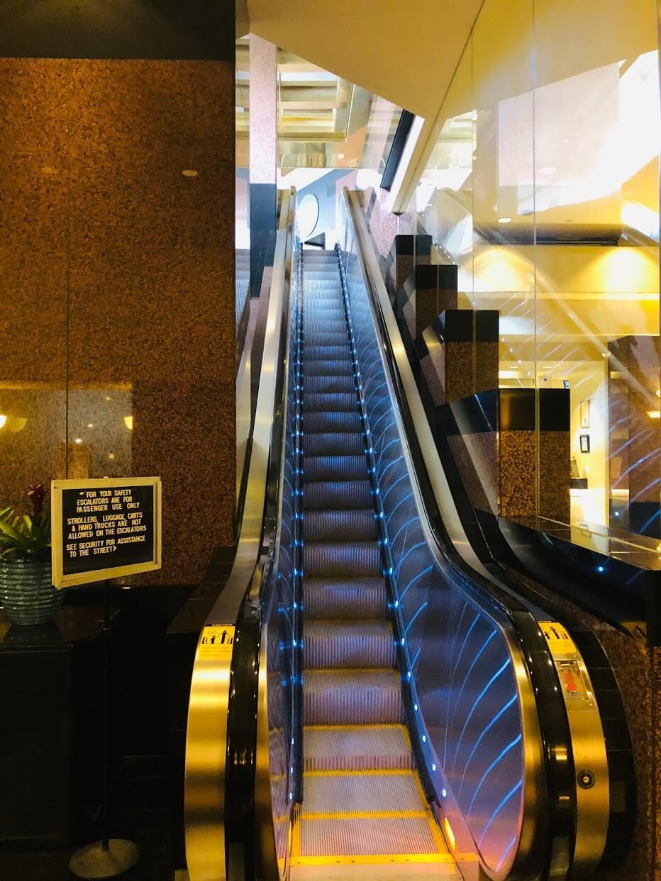 the Executive Centre Hotelのエスカレーター