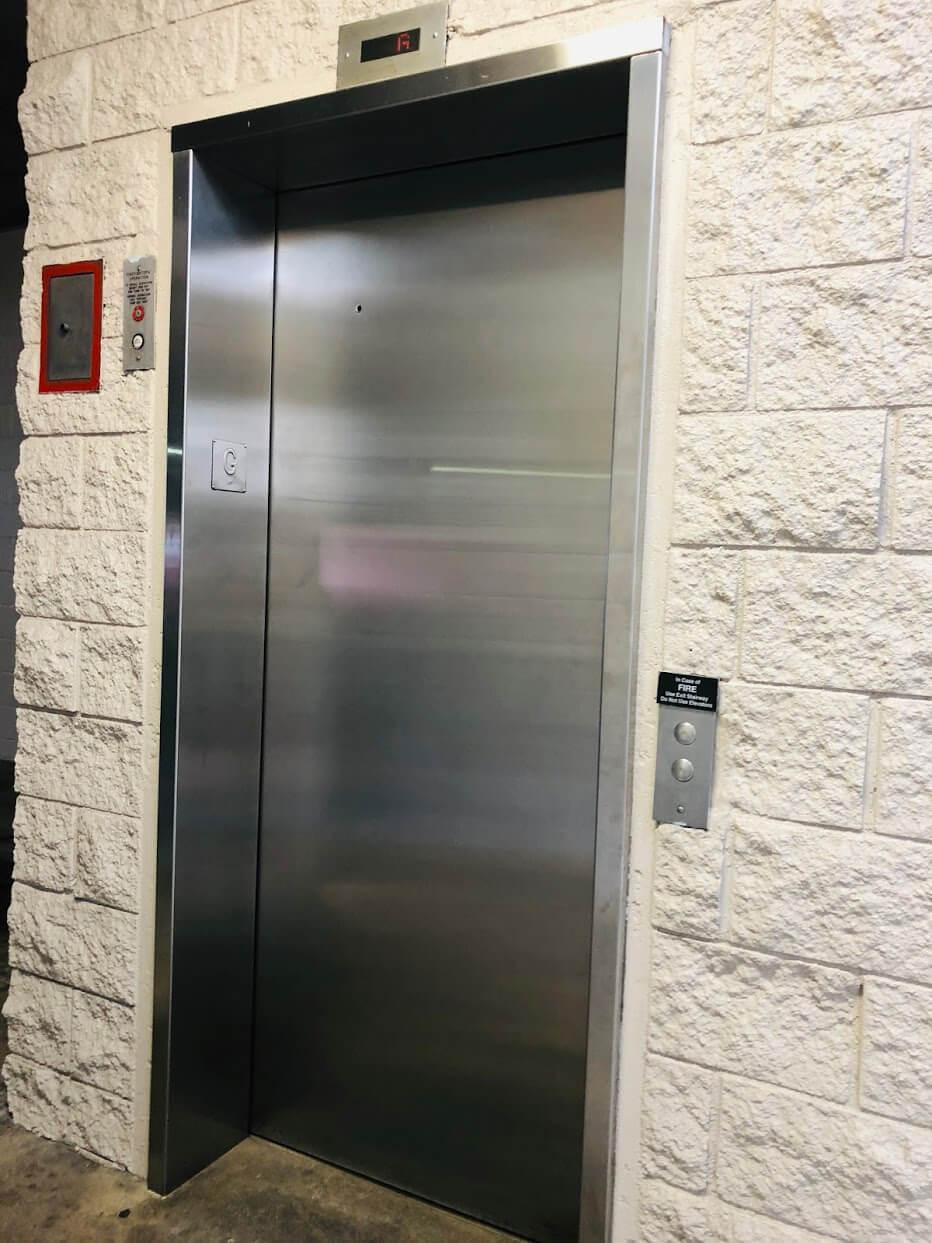 1448 Young Stのエレベーター