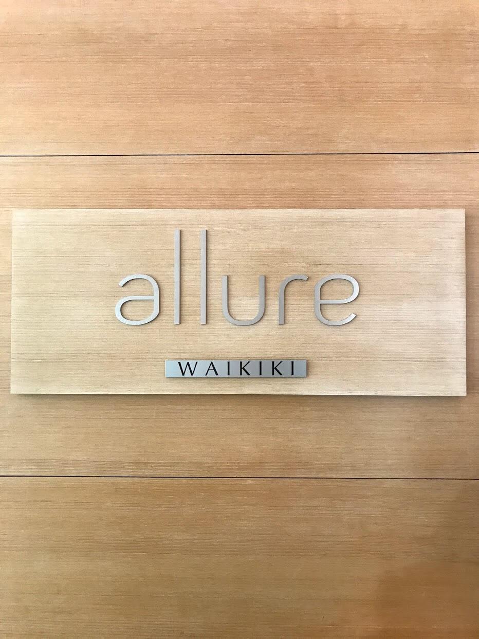 AllureWaikikiの看板