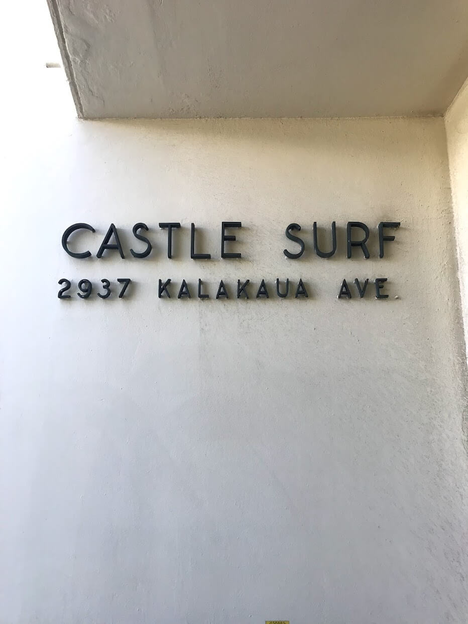 Castle Surf Apartmentsの看板