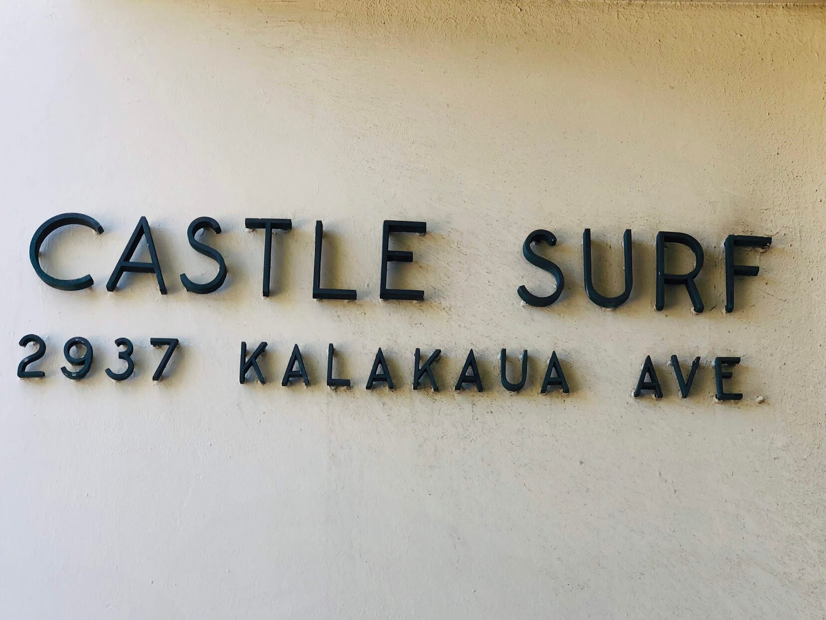 Castle Surf Apartments 2937の看板