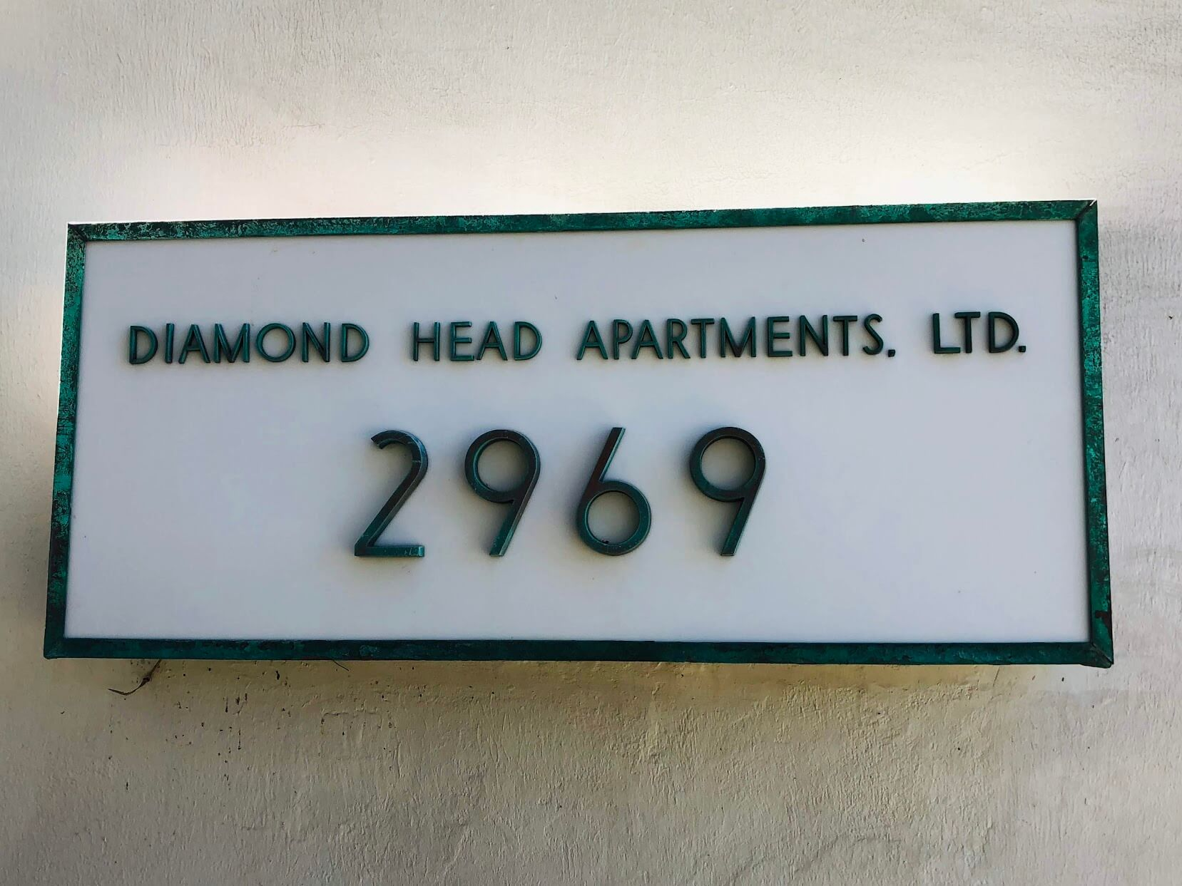 Diamond Head Apartmentの看板