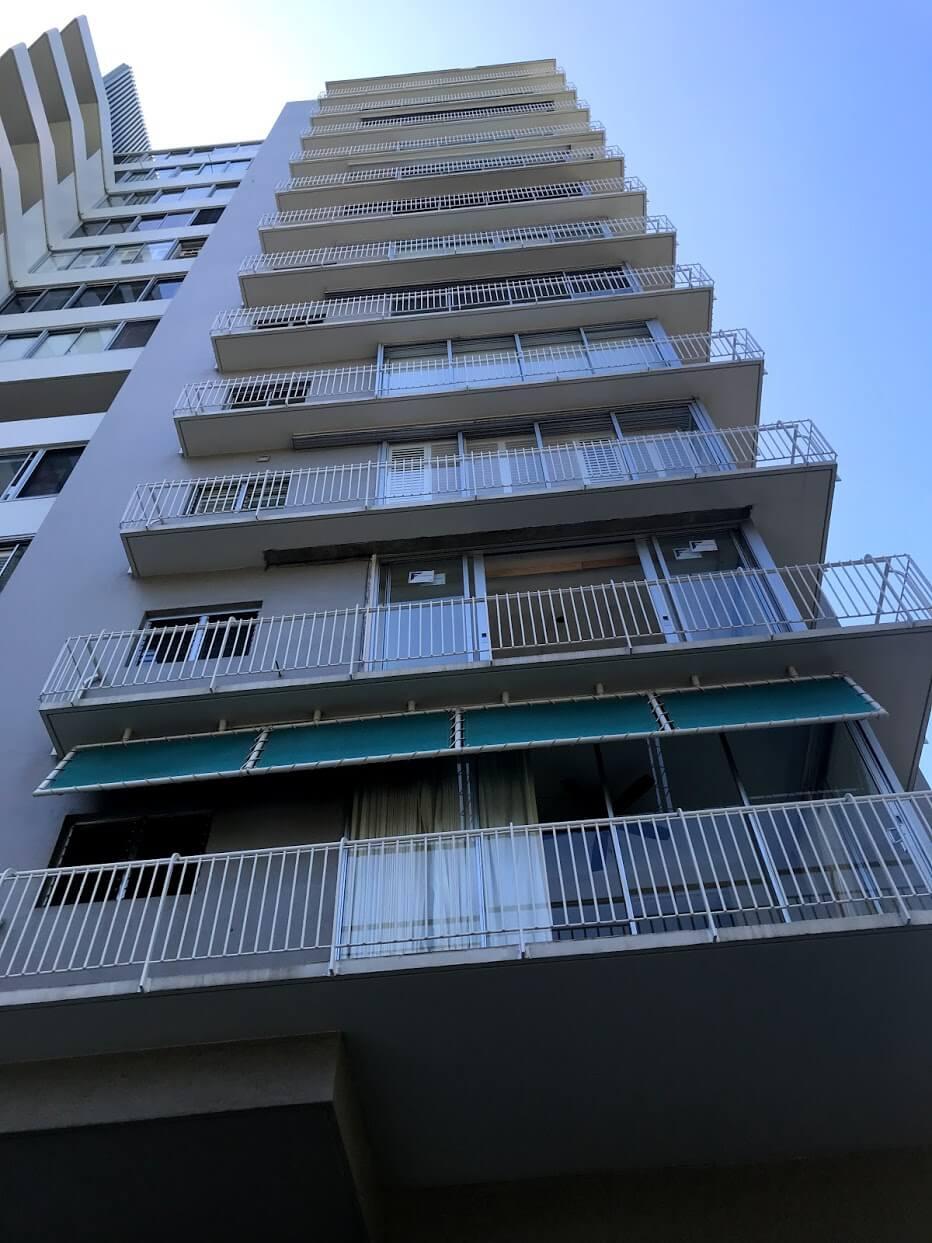 Diamond Head Apartmentsの階段