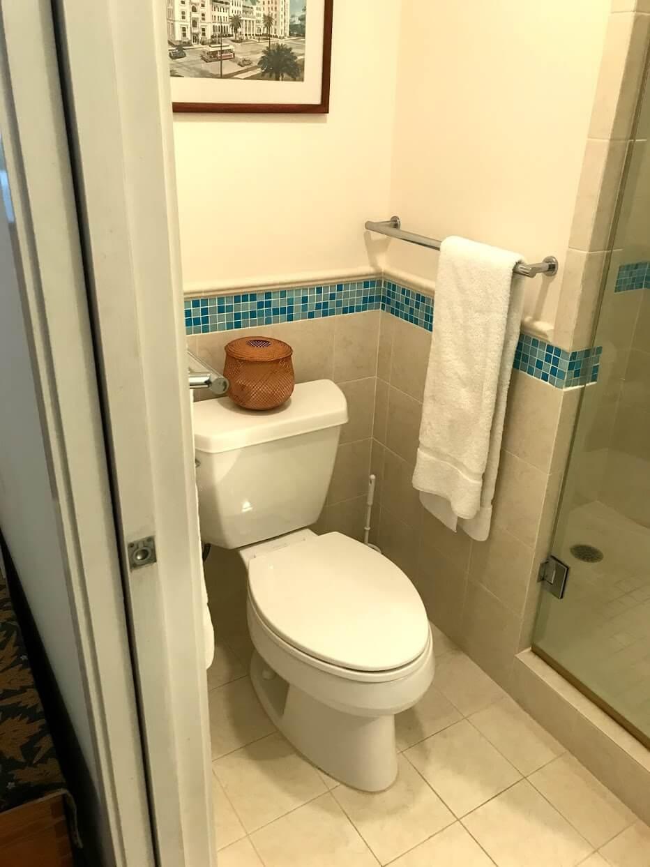 Diamond Head Apartmentsのトイレ