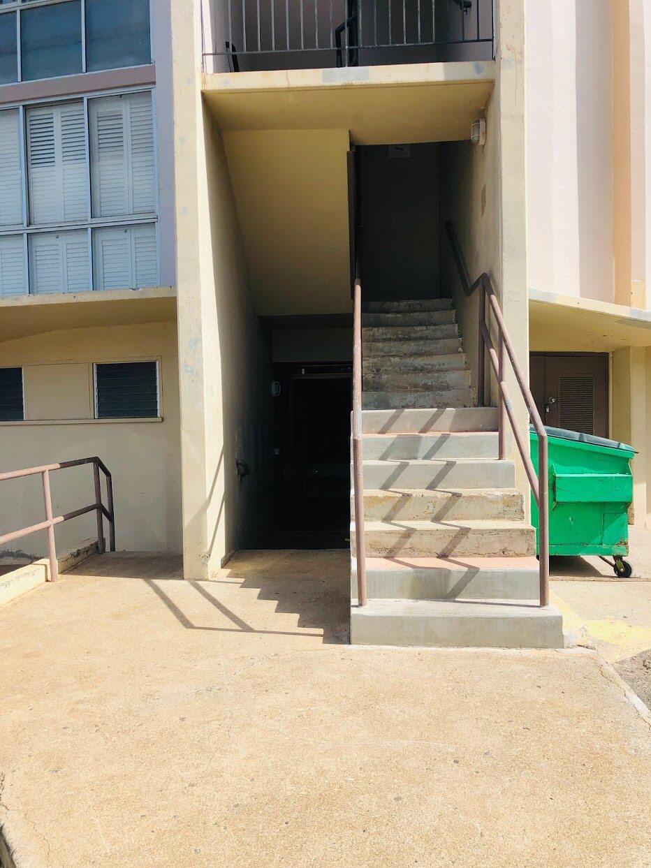 Kaimuki Jadeの階段